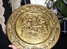 "VINTAGE SOLID BRASS WALL PLATE DEEP 3D RELIEF DESIGN TAVERN SCENE 14.5"" RICH RIM"